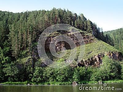 над рекой скалы