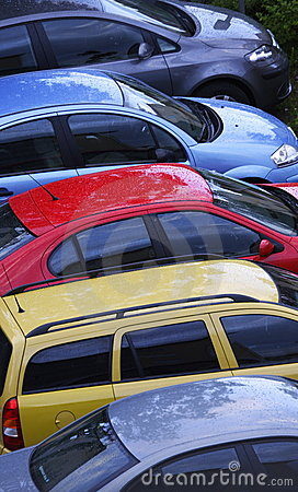 рядок автомобилей цветастый