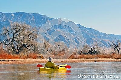 风景湖的划独木舟的人