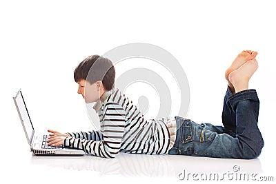 男孩膝上型计算机使用