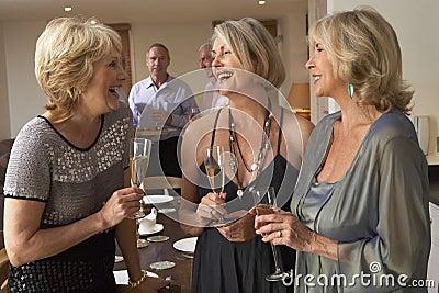 享用当事人妇女的香槟正餐