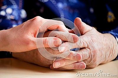 пожилые люди внимательности