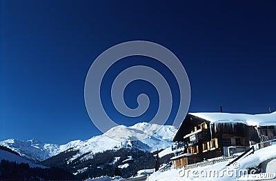 阿尔卑斯奥地利瑞士山中的牧人小屋