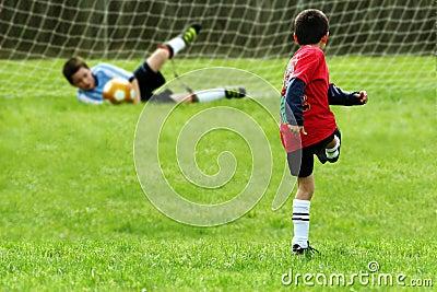 мальчики играя футбол