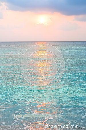 Океан бирюзы в восходе солнца на тропическом острове