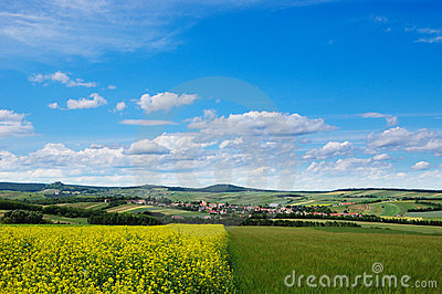 区乡下多小山美丽如画的视图