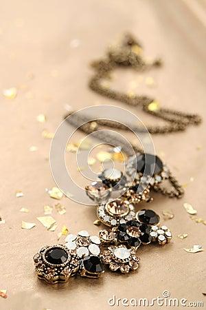 блестящее ожерелье