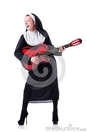 Nonne, die Gitarre spielt