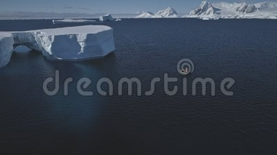 Noordpool oceaan lucht de hommelmening in tabelvorm van het ijsstuk stock video