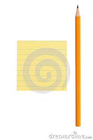 Nota afiada do lápis e de post-it no fundo branco
