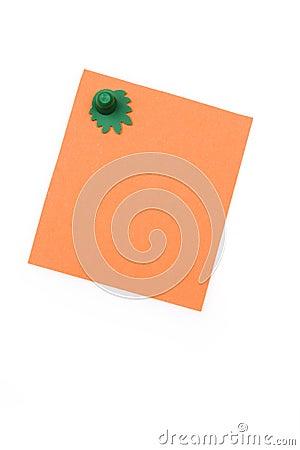 Nota anaranjada en blanco con el imán