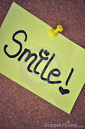 Nota de la sonrisa sobre tablón de anuncios