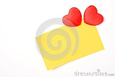 Nota e corações amarelos em branco