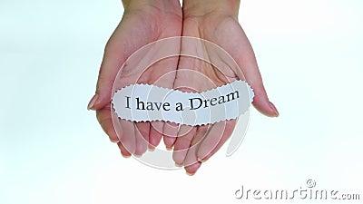 Nota Ho un sogno nelle mani di una donna su uno sfondo bianco stock footage