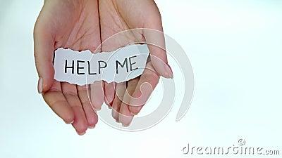 Nota per chiedere aiuto nelle mani delle donne su sfondo bianco stock footage