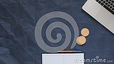 notebook, notebook, caneta, café e biscoitos de visão superior em um fundo azul, papel amassado, espaço de cópia filme