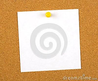 Notez goupillé à un panneau
