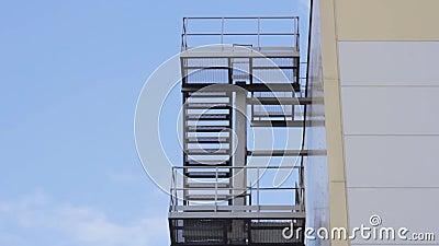 Notfall-Treppenstufen für Brandschutzmaßnahmen im Außenbereich stock footage