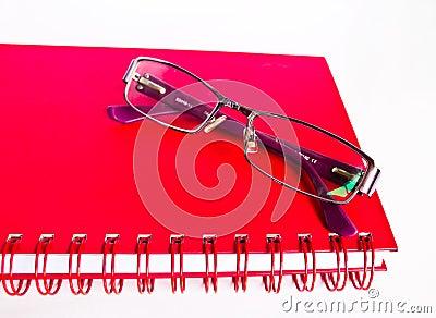 Notizbuch und Brillen.