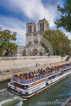 Notre Dame e bateaux Mouches Immagine Stock Editoriale