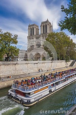 Notre Dame und Bateaux Mouches Redaktionelles Stockbild