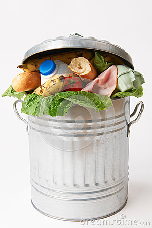 Nourriture fraîche dans la poubelle pour illustrer des déchets