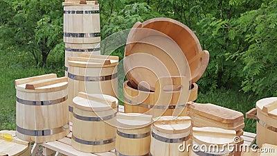 Nouveau bois - baquet, seau, tasse et ustensiles banque de vidéos
