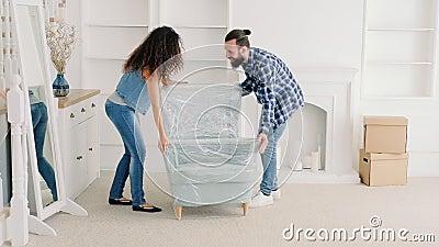 Nouvel appartement de jeunes meubles mobiles de couples banque de vidéos