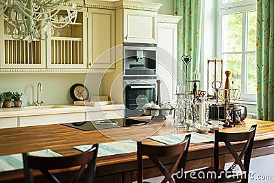 Nouvelle cuisine moderne dans le style ancien photo stock - Cuisine moderne dans l ancien ...