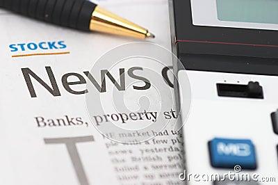 Nouvelles de stocks, crayon lecteur, calculatrice, côtés, titres de propriété