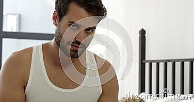 Novio que escribe un mensaje en su smartphone mientras que está durmiendo su novia almacen de metraje de vídeo