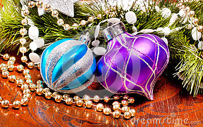 Nowego roku drewniany tło z kolorowymi dekoracjami