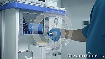 Nowoczesna klinika z zaawansowanymi technologiami kalibruje sprzÄ™t medyczny przed operacjÄ… na pacjencie cierpiÄ…cym na chorobÄ™  zbiory wideo