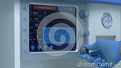 Nowoczesna klinika z zaawansowanymi technologiami kalibruje sprzÄ™t medyczny przed przeprowadzeniem operacji na pacjentach z zdjęcie wideo