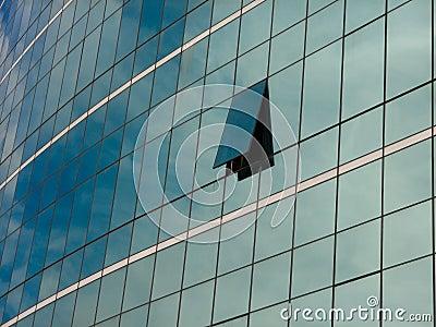 Nowożytna błękitna szklana ściana drapacz chmur