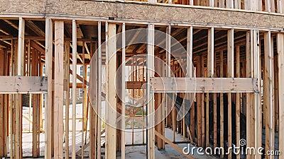 Nowy budynek niedokończony na zewnątrz drewnianej ramy i promienia budowy zbiory wideo