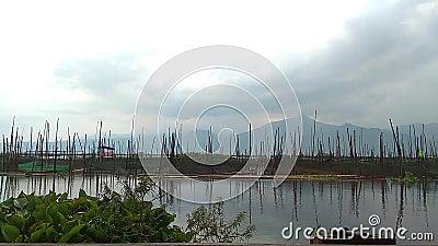 Nuage et ciel sur le lac l'eau naturelle de réflexion banque de vidéos