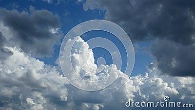 Nuages de tempête brassant dans un clip temporel. Beau ciel bleu avec cumulus congestus nuages banque de vidéos