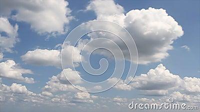 Nuages se déplaçant dans le ciel bleu banque de vidéos