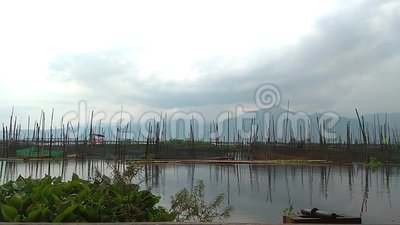 Nube y cielo en el lago agua natural de la reflexión metrajes