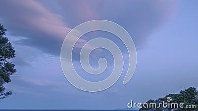 Nubes de sol sobre una pequeña playa rocosa Lapso de tiempo metrajes