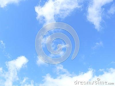 Nubes en cielo azul