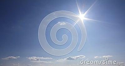Nubes y sol del cielo