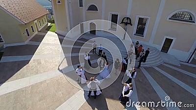 Nueva pareja casada que sale de la iglesia metrajes