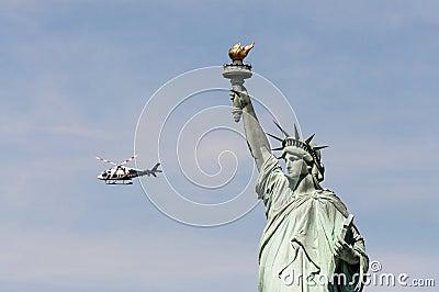 Helicóptero de NYPD cerca de la estatua de la libertad, los E.E.U.U. Foto editorial