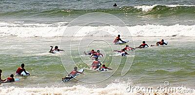 Nuevas personas que practica surf Fotografía editorial