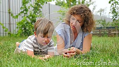 Nuevo acercamiento de la educación Concepto de comunicación Madre y niño almacen de metraje de vídeo