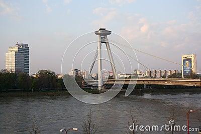 Nuevo puente en Bratislava (Eslovaquia) Fotografía editorial