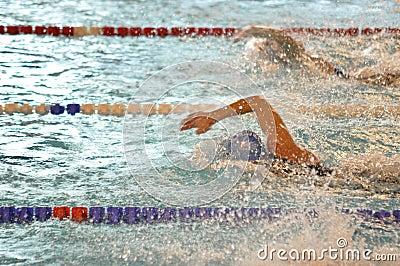Nuotatori di crawl di fronte Fotografia Editoriale