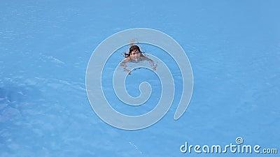 Nuoto della ragazza nello stagno archivi video